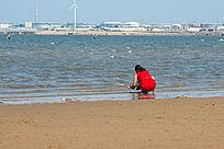 海滩上的红衣服女子