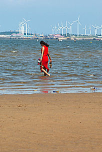 海滩踏浪的女人