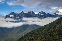 位于中国四川地区的贡嘎雪山山脉