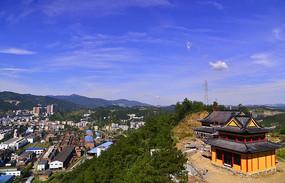 山顶上正在修建的寺院