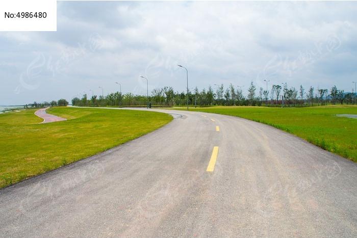 草原上宽广的公路图片
