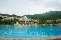 酒店中美丽的游泳池