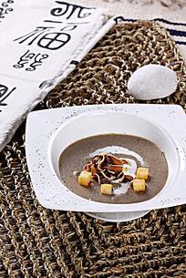 烤鲜野菌汤配面包粒