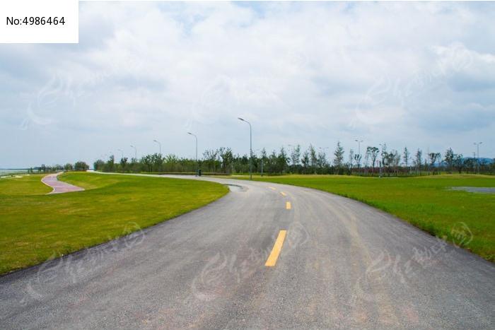 空旷没人的柏油路图片