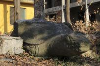 残缺的乌龟雕像