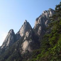 黄山半山腰的山峰