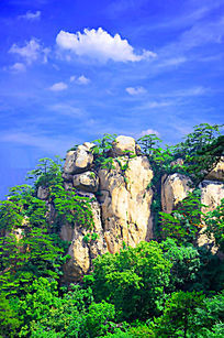 蓝天白云树木围绕着的千山天成大佛