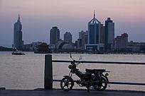 青岛海边的摩托车