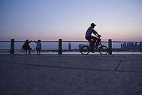 青岛海边骑自行车的人