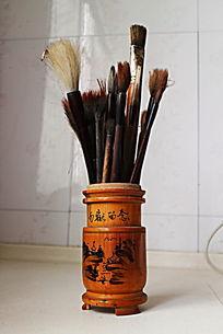 插满毛笔的山水风景竹笔筒