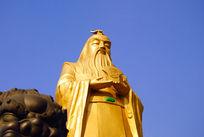 蓝天下帝王尧的金色雕像