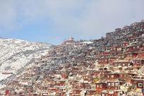 雪山上的红房子