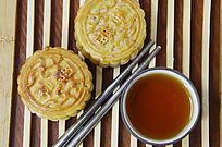 中国美食二个中秋月饼和一杯红茶特写