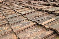 长着青苔陈旧的屋顶砖瓦