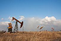 蓝天白云草丛中的采油井