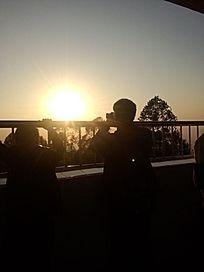 夕阳下的人物剪影