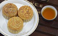 近拍传统美食中秋月饼和茶水茶杯