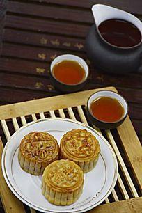 近拍传统美食中秋月饼和茶水茶杯特写图片