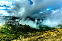 云雾缭绕的山峰