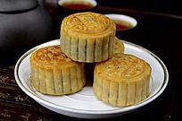 中国传统美食中秋月饼和茶水茶杯