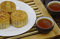 中国传统美食中秋月饼和茶水茶杯图片