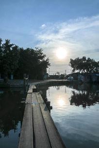 水乡护村河上的独木桥