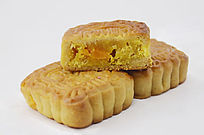 传统美食二个半中秋月饼特写图片