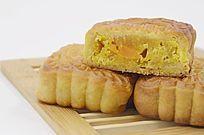 近拍传统美食二个半中秋月饼特写图片