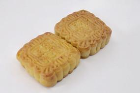近拍传统美食二个中秋月饼图