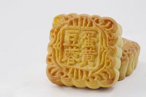 近拍传统美食二个中秋月饼图片