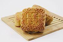 近拍传统美食三个中秋月饼特写图