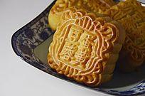 近拍一盘传统美食中秋月饼特写图