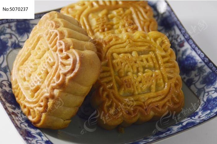 近拍一盘传统美食中秋月饼特写图片图片