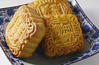 近拍一盘传统美食中秋月饼特写图片