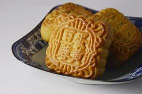 近拍一盘传统美食中秋月饼图片