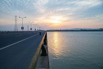 桥水面傍晚