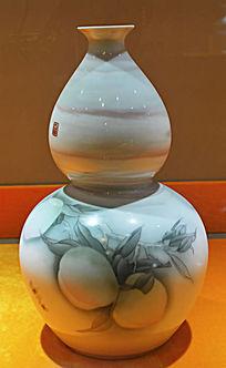 寿桃图案彩釉葫芦瓶