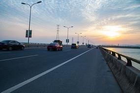 松陵大桥上的车流