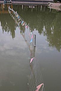 围栏中的水中倒影图片