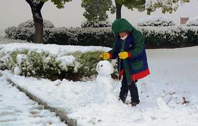 小孩在堆雪人