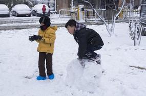 小朋友在堆雪人