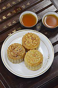 一盘月饼和茶水茶杯图片