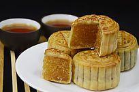 一盘中秋月饼茶水茶杯图