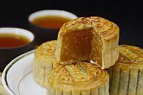 一盘中秋月饼茶水茶杯图片