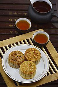 一盘中秋月饼和茶水茶杯图