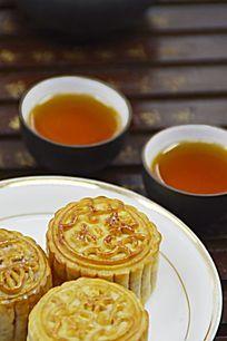 月饼和茶水茶杯图片