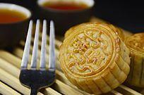 中秋月饼茶水茶杯图片