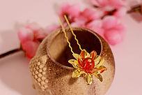 陶瓷胚罐上的金色宝石莲花发夹