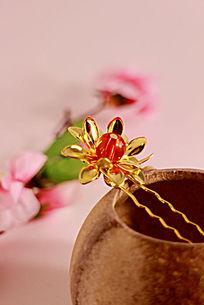 陶瓷胚罐中的金色宝石莲花发夹