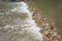 冲刷石头的河水